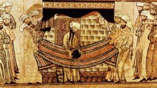 """На старинной иллюстрации Мухаммед освящает """"черный камень"""", который замурован в стену Каабы"""