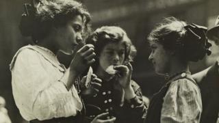 न्यूयॉर्कच्या पूर्वीकडच्या भागातील एक दुपार. (1912)