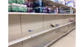 Prateleira de supermercado onde ficavam rolos de papel higiênico vazia em um supermercado na região leste de Londres na segunda-feira
