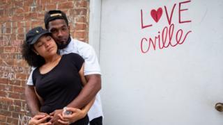 Una pareja posa en el lugar donde tuvo lugar el atropello mortal en Charlottesville hace un año.