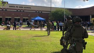 پلیس محدوده اطراف دبیرستان را محاصره کرده است