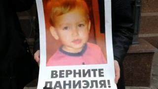 Українка заявляє, що її дворічного сина Даніеля викрали і утримують у посольстві Данії у Києві