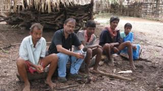 గ్రామస్తులతో బీబీసీ ప్రతినిధి