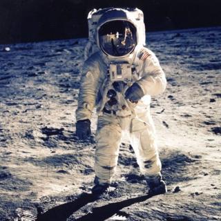 В основе конспирологических теорий, в том числе касающихся жизни на Марсе и высадки на Луне, лежат фотографии