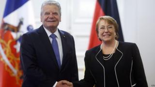 Chile's Michelle Bachelet shakes hands with the German President Joachim Gauck in Santiago (12/07/2016)
