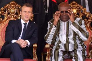 Le président français Emmanuel Macron, en visite dans la région, a rejoint son homologue burkinabé Roch Marc Kaboré pour l'inauguration de la centrale