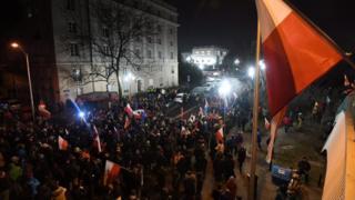 протестующие у здания сейма