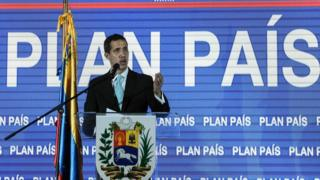 """Opposition leader and self-proclaimed """"acting president"""" Juan Guaido presents his government""""s plan, at the auditorium of Venezuela""""s Central University (UCV) in Caracas on January 31, 2019"""
