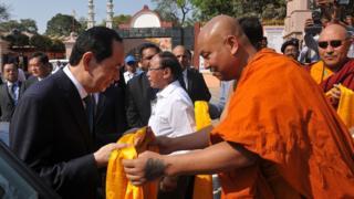 Chủ tịch Việt Nam Trần Đại Quang được các sư chủ trì đền Mahabodhi tiếp đón khi ông tới thăm Di sản Thế giới UNESCO này ở bang Bihar, Ấn Độ hôm 2/3/2018.