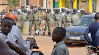 Des policiers nigériens prêts à charger une foule de manifestants (illustration).