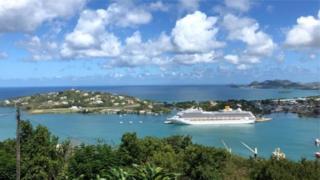 Корабель біля острова
