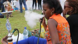 De jeunes rwandaises fumant de la chicha.
