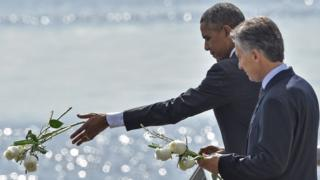 """Presidents Obama and Macri throw flowers into the River Plate to honour the victims of Argentina's """"Dirty War"""""""