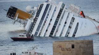 Costa Concordia gemisi denizde yan yatmış halde