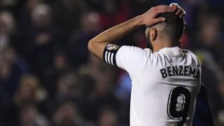 Karim Benzema en un partido de la Liga en España.