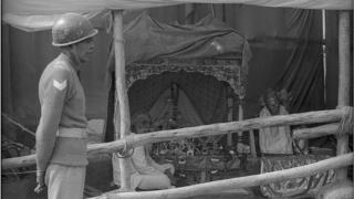 అయోధ్యలో బాబ్రీ మసీదు ధ్వంసం అనంతరం ఒక గుడారం ఏర్పాటు చేసి, అందులో లామ్ లల్లా విరాజ్మాన్ (చిన్నారి రాముడు, దేవుడు) విగ్రహాన్ని పెట్టి పూజలు ప్రారంభించారు. ఇక్కడ రక్షణగా సీఆర్పీఎఫ్ బలగాలు పహారా కాస్తున్నాయి. 1992 డిసెంబర్ 8వ తేదీన తీసిన చిత్రం.