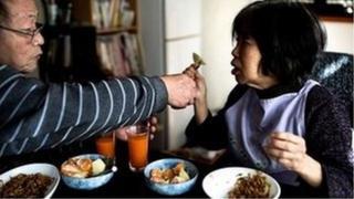 치매 환자를 돌보는 일본인 남성