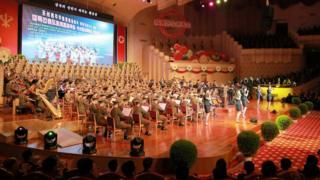 朝鮮人民軍女兵在平壤人民劇院演出(朝中社2017年9月10日發放圖片)