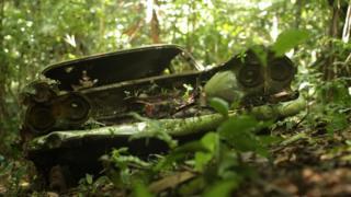 Auto abandonado en el Darién