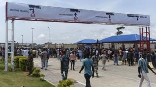 Pipo dey waka for di main road to di newly built Nigeria-Benin joint border