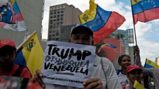 Hükümet yanlısı göstericiler Çarşamba günü başkent Caracas'ta ABD yaptırımlarını protesto etti