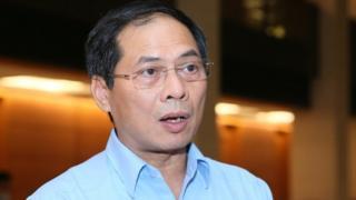 Thứ trưởng Bộ Ngoại giao Bùi Thanh Sơn nói với phóng viên bên hành lang Quốc hội sáng 28/10.