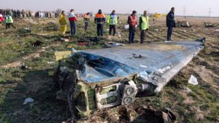 Des équipes de sauvetage inspectent l'épave du vol PS752 d'Ukrainian International Airlines