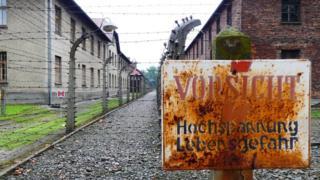 Letrero en campo de concentración en Auschwitz (Foto: Alexis Arredondo Espinosa)