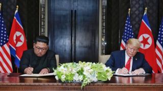 싱가포르 공동합의문에 서명하는 북한과 미국 정상