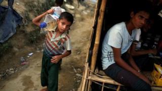Boqolaal qof oo qowmiyadda Rohingya ah ayaa ka soo qaxay Myanmar.