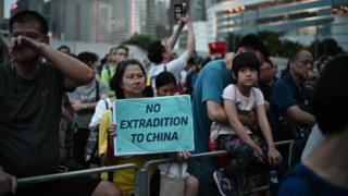 香港數萬民眾走上街頭抗議逃犯條例修正草案