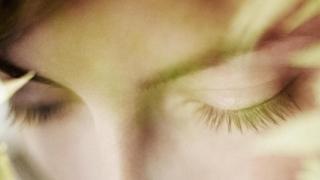 Un close-up de los ojos de una mujer