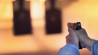 คนยิงปืน