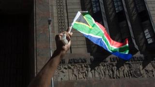 شخص يرفع علم جنوب أفريقيا