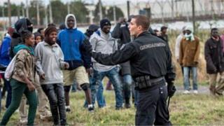 Quelque 9 000 migrants vivent à Calais.