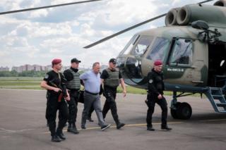 Экс-налоговиков из разных областей показательно доставляли в Киев на вертолетах
