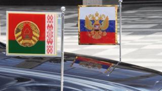машина и флаги
