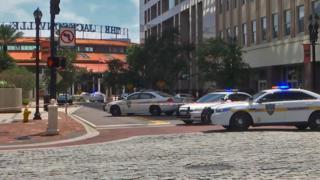 사건이 일어난 쇼핑몰 앞에 경찰차들이 서 있다