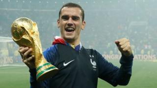 Antoine Griezmann sostiene la Copa del Mundo