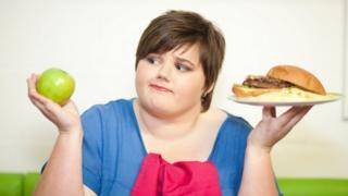 吃漢堡的女子