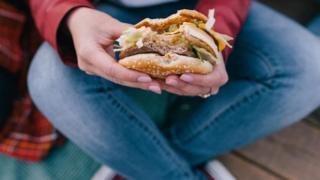 Trong độ tuổi trung niên, sự căng thẳng có thể khiến ta nghiện ăn những thực phẩm giàu calore