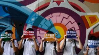 記者翻閲2012年至今香港通識科考題後發現,八年來,必答題中有5道涉及香港政治,內容涵蓋立法會選舉、香港示威遊行、香港民主等,選答部分則有兩題涉及。