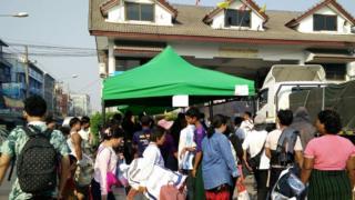 မဲဆောက် - မြဝတီ နယ်စပ်ဂိတ်မှာ ပြန်လာကြဖို့ စောင့်ဆိုင်းနေကြတဲ့ မြန်မာအလုပ်သမားတချို့