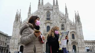 Dos turistas argentinas caminan por Milán.