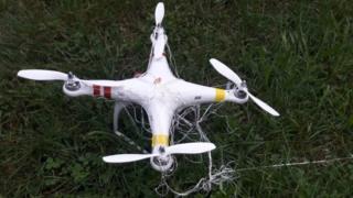 Drone no chão com uma rede