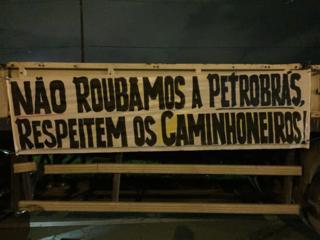 Faixa no protesto diz Não roubamos a Petrobras, respeitem os caminhoneiros