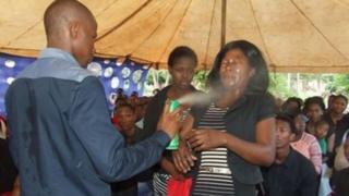 Mhubiri mashuhuri anayetumia nyoka nchini Afrika Kusini Penuel Mnguni amewalisha mende ndugu wawili