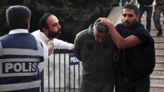 Türkiye'de darbe girişimi sonrasında gözaltına alınan bir asker.