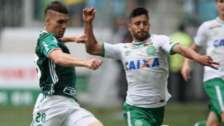 Moises of Palmeiras fights for the ball with Alan Ruschel of Chapecoense during a match on 27 November