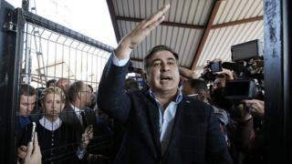 M. Saakachvili est un farouche opposant au président Petro Porochenko qui l'a déchu de sa nationalité ukrainienne.